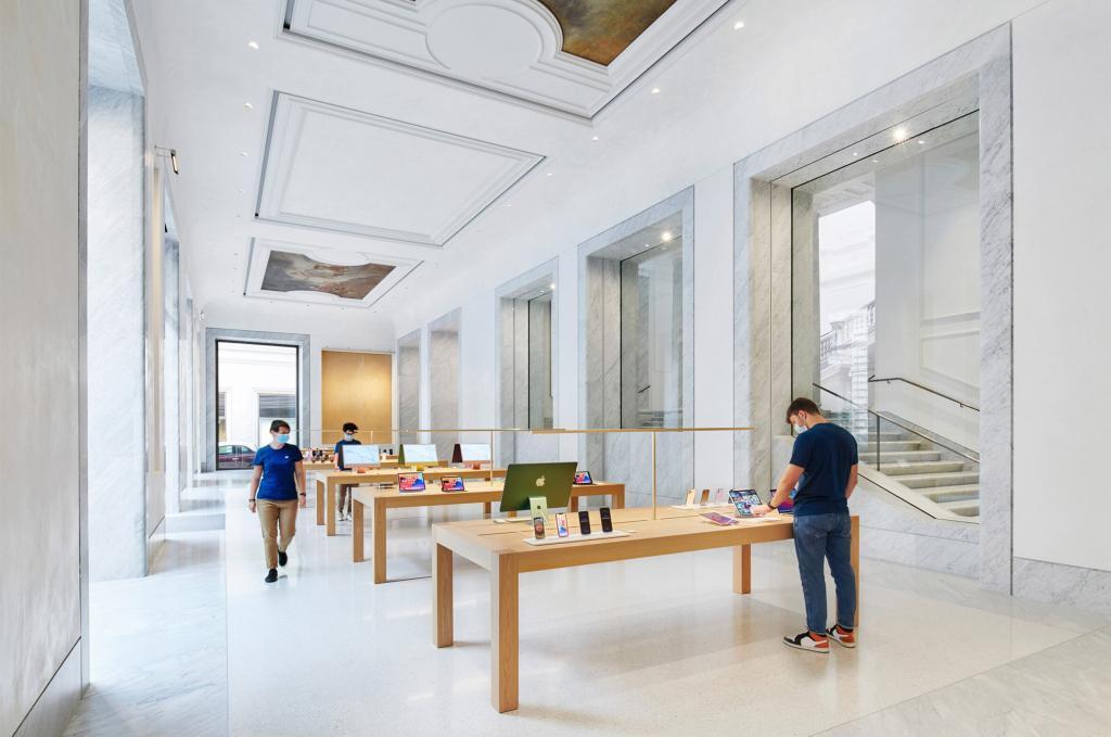 Esta imagen tiene un atributo ALT vacío; su nombre de archivo es El-recinto-historico-Palazzo-Marignoli-se-convierte-en-una-Apple-Store-inmobiliare-1024x679.jpg