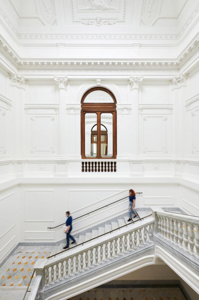 Esta imagen tiene un atributo ALT vacío; su nombre de archivo es El-recinto-historico-Palazzo-Marignoli-se-convierte-en-una-Apple-Store-inmobiliare-3-681x1024.jpg